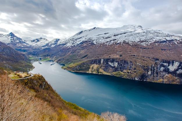 Vue du fjord de geiranger du point de vue d'ornesvingen