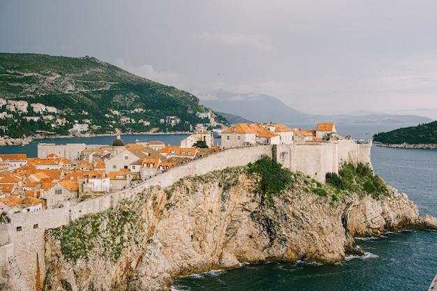 Vue du fort lovrijenac au mur de la vieille ville de dubrovnik en croatie travel background