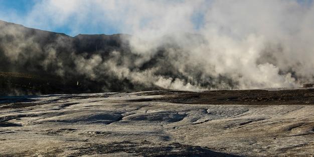 Vue du geyser d'el tatio, san pedro d'atacama, province d'el loa, région d'antofagasta, chili
