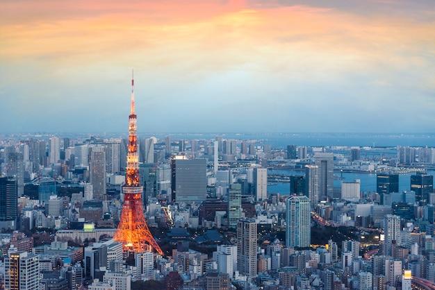 Vue du japon avec la tour de tokyo pendant le coucher du soleil