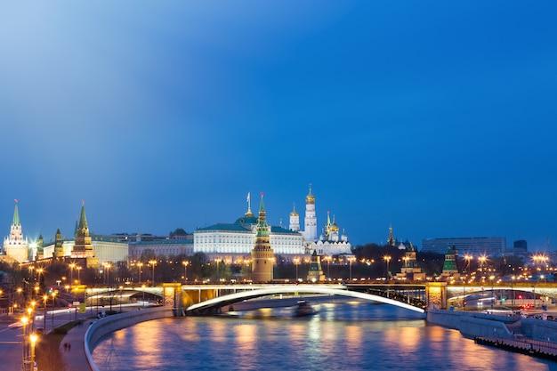 Vue du kremlin pendant l'heure bleue à moscou, russie