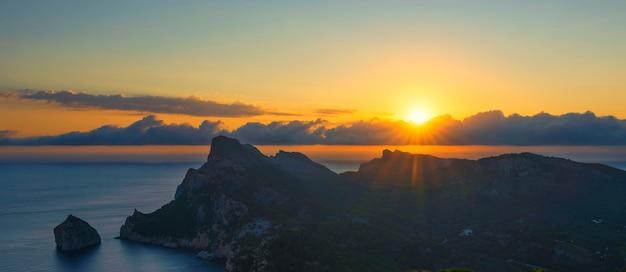 Vue du lever du soleil au cap formentor, majorque, espagne