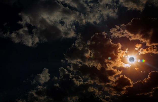Vue du lever du soleil de l'éclipse solaire de l'espace de la lune avec des nuages dramatiques