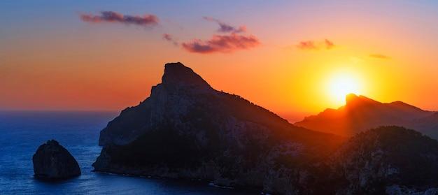 Vue du lever du soleil à formentor, majorque, espagne
