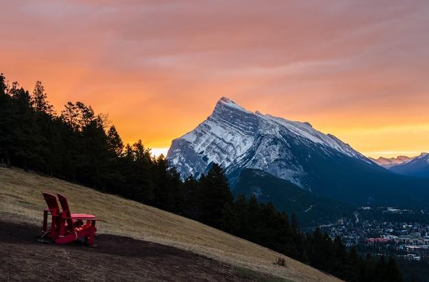 Vue du lever du soleil sur le mont rundle dans le parc national banff