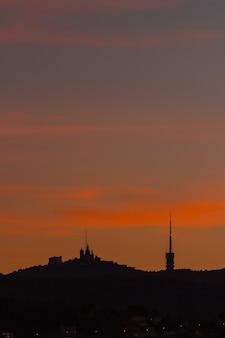 Vue du lever du soleil sur tibidabo à barcelone. catalogne, espagne