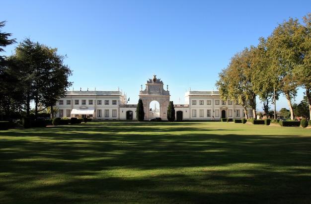 Vue du magnifique palais de seteais situé sur le parc national de sintra, au portugal.