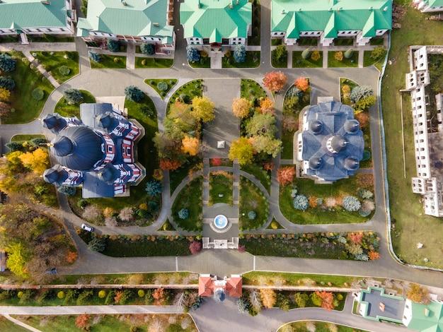 Vue du monastère de curchi depuis le drone. églises, autres bâtiments, pelouses vertes et sentiers pédestres. moldavie