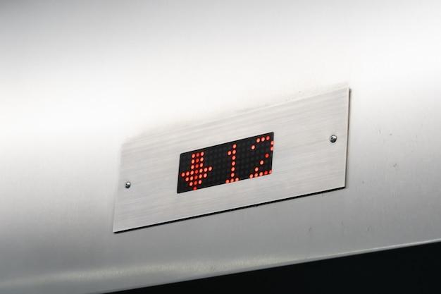 Vue du moniteur indique le nombre d'étages dans l'ascenseur