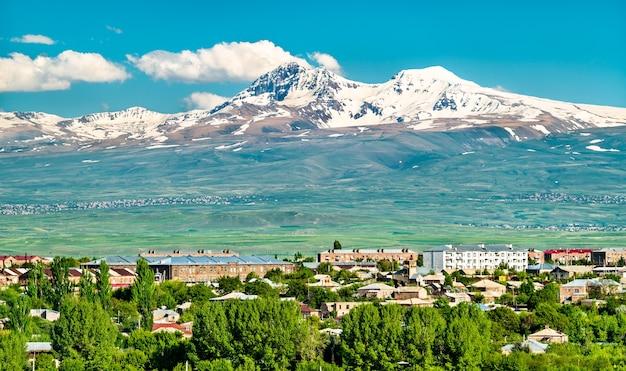 Vue du mont aragats au-dessus de la ville de gyumri en arménie