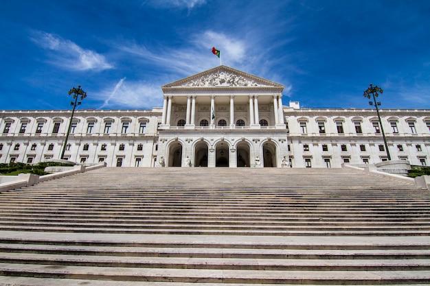Vue du monumental parlement portugais (palais sao bento), situé à lisbonne, au portugal.