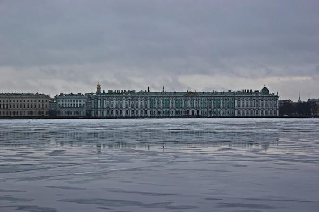 Vue du palais d'hiver en hiver du côté de la rivière neva