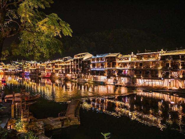 Vue du paysage dans la nuit de la vieille ville de fenghuang .phoenix ancienne ville ou comté de fenghuang est un comté de la province du hunan, chine