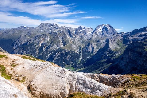 Vue du paysage des glaciers de montagne depuis le petit mont blanc
