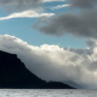 Vue du paysage marin, district régional de skeena-queen charlotte, île hippa, haida gwaii, île graham