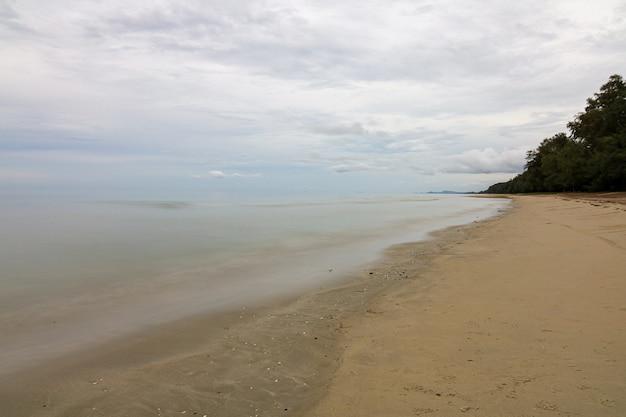 Vue du paysage mer et baie de sable dans l'île de thaïlande
