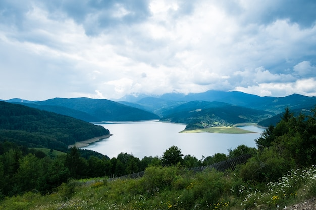 Vue du paysage nuageux du lac bicaz en roumanie