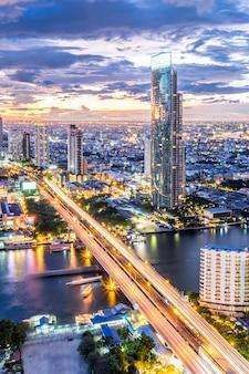 Vue du paysage urbain et bâtiment au crépuscule à bangkok, thaïlande