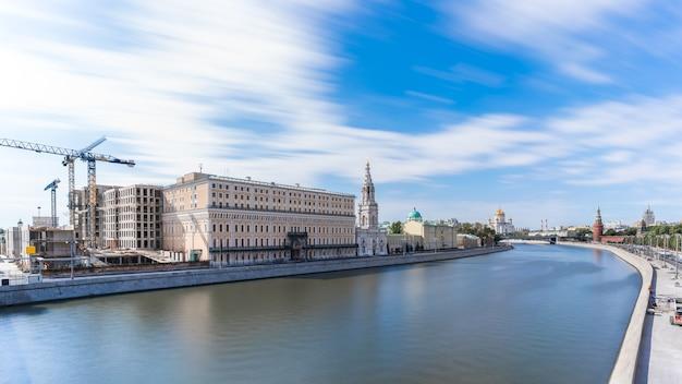Vue du paysage urbain de moscou et de la cathédrale du christ sauveur palais du kremlin et de la rivière moskva