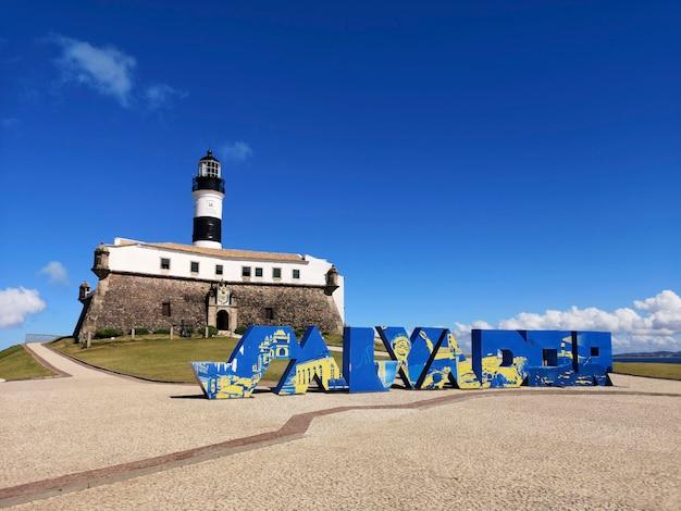 Vue du phare de barra avec le nom de salvador dans la ville de salvador bahia au brésil.
