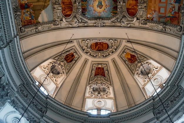 Vue du plafond de la cathédrale de salzbourg