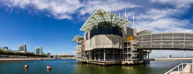 Vue du plus grand aquarium d'intérieur d'europe, situé à lisbonne, au portugal.