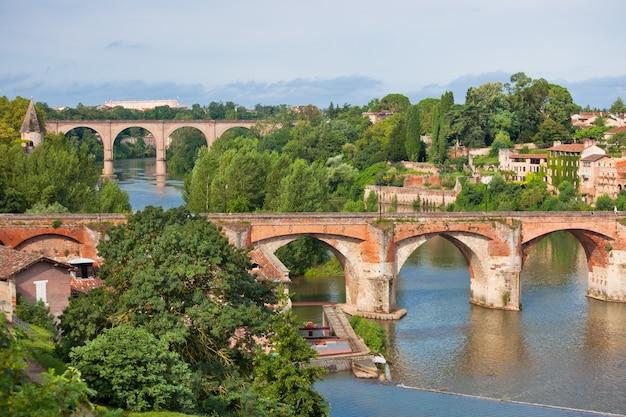 Vue du pont d'août à albi, france. prise de vue horizontale