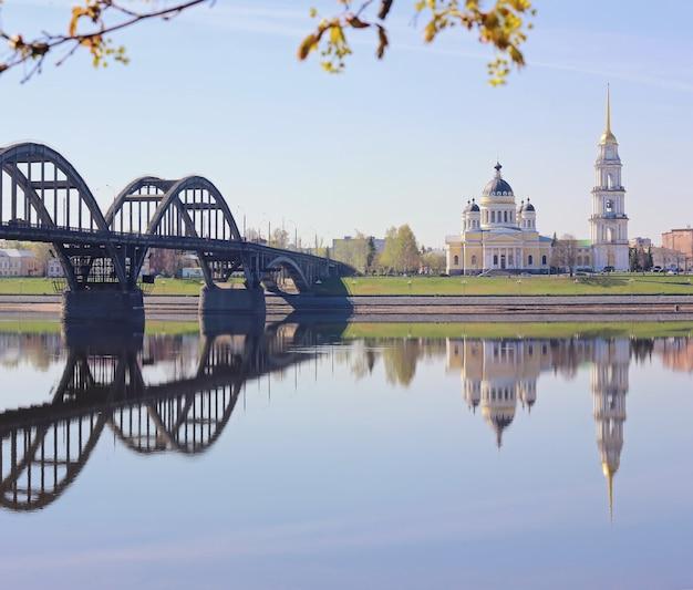 Vue du pont et de la cathédrale dans la ville de rybinsk.