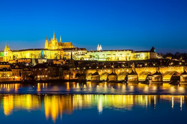 Vue du pont charles, du château de prague et de la rivière vltava à prague, en république tchèque