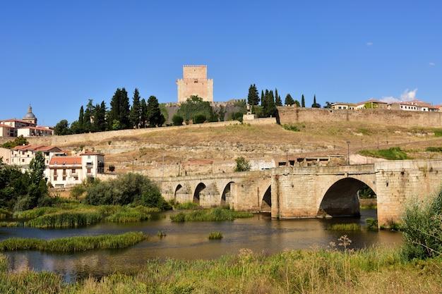 Vue du pont et du château de henri ii de castille (xive siècle) et de la rivière agueda, ciudad rodrigo, castille et léon, espagne