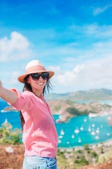 Vue du port anglais de shirley heights, antigua, paradis bay sur une île tropicale de la mer des caraïbes