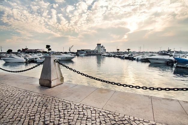 Vue du port de plaisance de la ville de faro située dans l'algarve, au portugal.