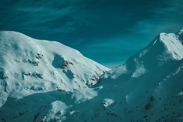 Vue du randonneur sur les sommets des montagnes couvertes de neige