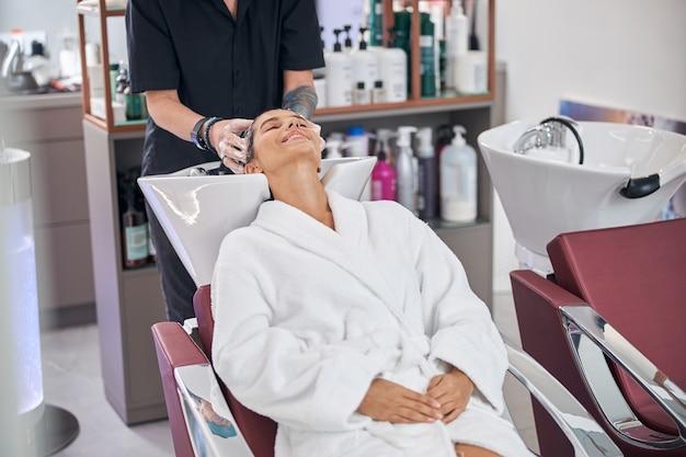Vue du salon de coiffure avec l'équipement