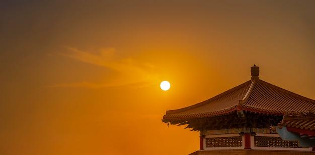 La vue du soir alors que le soleil se couche derrière le toit du temple.