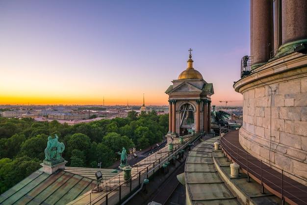 Vue du soir depuis la colonnade de la cathédrale saint-isaac. saint-pétersbourg, russie