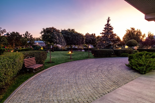 Vue du soir d'été sur le jardin paysager du luxueux domaine de campagne
