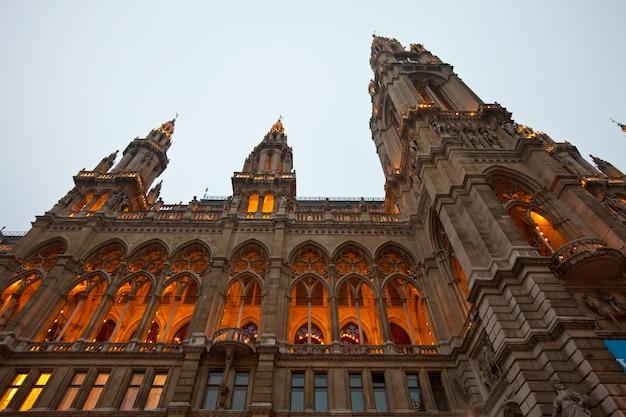 Vue du soir de la mairie de vienne