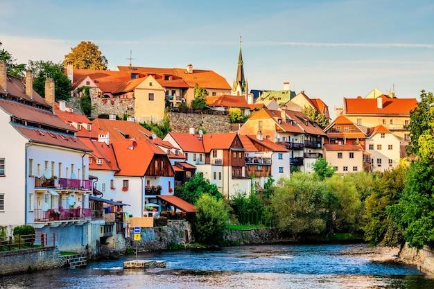 Vue du soleil du soir sur la rivière et la ville de cesky krumlov
