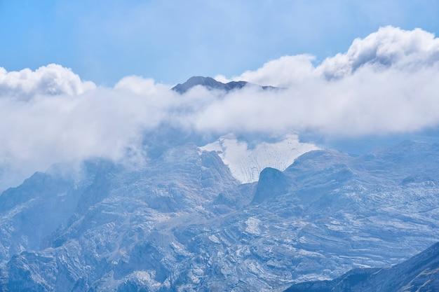 Vue du sommet du mont fisht caché par les nuages dans les montagnes du caucase occidental