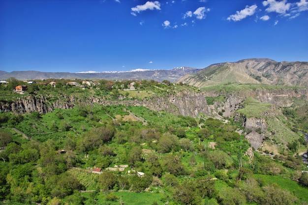 La vue du temple garni sur les montagnes du caucase, en arménie