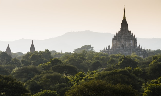 Vue du temple de gawdawpalin au lever du soleil, myanmar