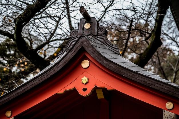 Vue du toit en bois japonais traditionnel