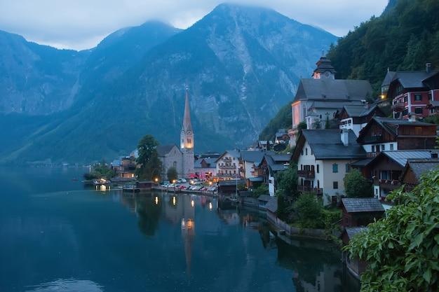 Vue du village de hallstatt avec lac. beauté lointaine roches alpines et ciel bleu. journée d'été en ville hallstatt, autriche, europe