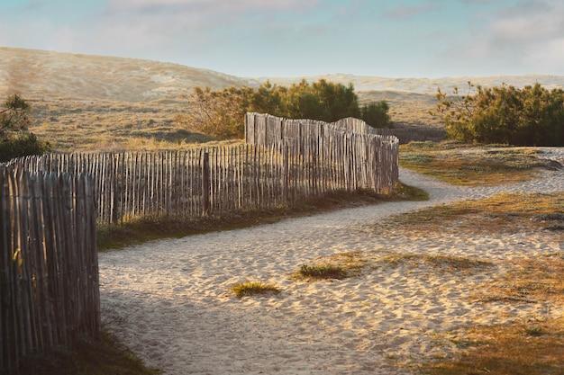 Vue sur une dune avec clôture en bois de style vintage