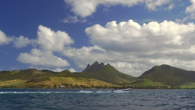 Vue sur l'eau de l'île maurice verte avec des montagnes