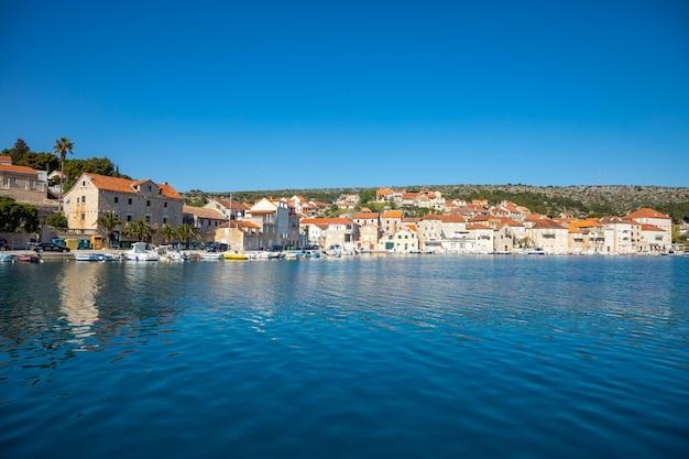 Vue de l'eau de la ville de milna en croatie