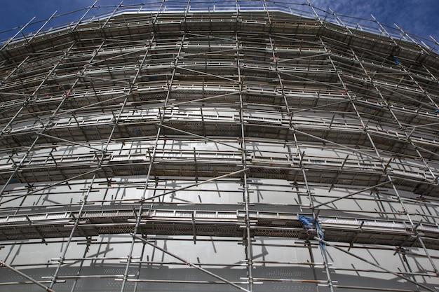 Une vue de l'échafaudage pour la construction du réservoir de stockage d'huile