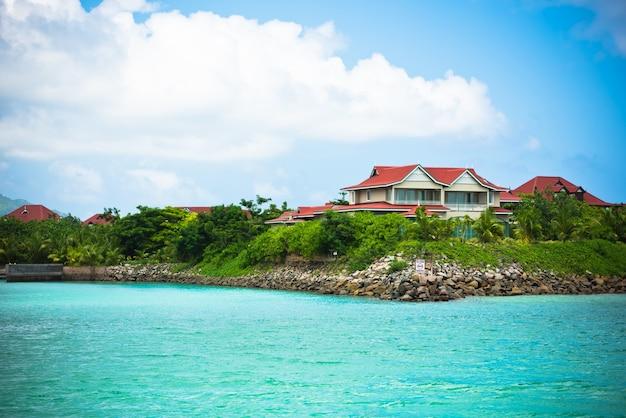 Vue d'eden island, mahe, seychelles par temps ensoleillé