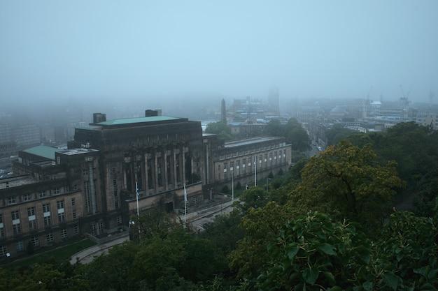 Vue d'édimbourg couverte de brouillard depuis calton hill et st andrews house est le bâtiment du siège ...